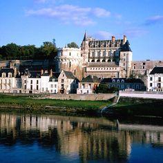 Amboise , France.. There's Chateau D'Amboise where Leonardo rests..  Fun fun! #France #Paris #pariscityvision #visiterparis #tour #visit #travel #voyage #tourism #loire #valley #castles #chateaux #palais #vallee #amboise