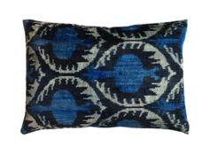 Peacock 40x60. De prachtige ikat kussens zijn gemaakt van zijde en zijden velours. Handgeweven in Uzbekistan. Voor de kussens wordt uitsluitend natuurlijke verf gebruikt. De kleuren zijn daardoor mooi diep. 1 kant van het kussen is van fluweel, de andere kant is van zijde. Inclusief vulling. Afmeting 40x60 cm. http://www.bedazzle.nl/woonaccessoires-and-decoration/woonaccessoires-kussens
