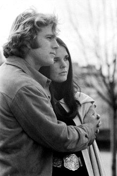 American actors Ryan O'Neal and Ali MacGraw promoting the movie Love Story based on the novel by Erich Segal and directed by Arthur Hiller Ali Macgraw, Ryan O'neal, Great Love Stories, Love Story, The Painted Veil, Estilo Preppy, Ps I Love, Star Wars, Movies