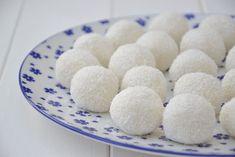 Palline al cocco e ricotta. Semplicissime e veloci da preparare. Sweet Desserts, Dessert Recipes, Biscotti Cookies, Food Porn, Food And Drink, Sweets, Sugar, Fruit, Cooking