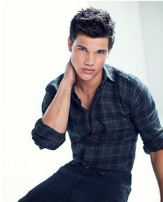 This plaid shirt on Taylor Lautner shows perfect opposition. All of the plaid lines form to meet at right angles. The pocket on his chest is square and even. Taylor Lautner, Lucky Blue Smith, Jacob Black Twilight, Twilight Saga, Vampire Twilight, Pretty People, Beautiful People, Beautiful Babies, Top Hairstyles For Men