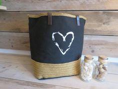 Leuke shopper/strandtas van versteegh afsluitbaar met een koord  Zwart met een hart