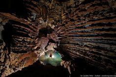 A caver can safely explore Ken cave (vietnamese Hang Kén), with its shallow pools - Ein Höhlenforscher kann sicherlich die Ken Höhle (vietnamesisch Hang Ken) mit ihren flachen Teichen entdecken.