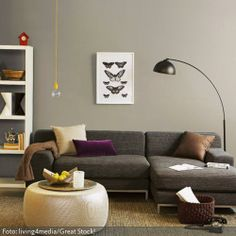 Die Einrichtung mit Erdt�nen als Farbkonzept wird mit kleinen farbigen Elementen aufgelockert: Die gelbe Kabelleuchte und ein kleines rotes Kuckucksh�uschen sind liebevolle Details, die das Wohnzimmer aufwerten.