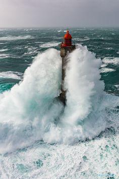 La Jument lighthouse II - Le phare de la Jument dans la tempête le 08 février 2016 Construit en 1904 il mesure 47m de haut. http://ronanfollic.fr/phares-en-mer.html https://www.facebook.com/RonanFollicphotographies/