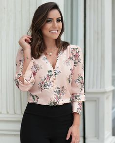 {New Collection} Camisa floral print na linda 💕💕💕 Stylish Summer Outfits, Casual Work Outfits, Work Attire, Chic Outfits, Classy Outfits, Casual Summer, Fashion Wear, Fashion Dresses, Womens Fashion