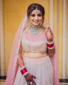 Contrasting Jewellery Ideas To Pair With Your Pink Bridal Lehenga! Golden Bridal Lehenga, Pink Bridal Lehenga, Pink Lehenga, Red Wedding Lehenga, Floral Lehenga, Raw Silk Lehenga, Banarasi Lehenga, Red Saree, Indian Wedding Jewelry