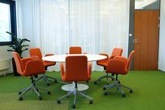 detaljee+9+sisustussuunnittelu+sisustussuunnittelija+interiordesigner+interior+helsinki+pääkaupunkiseutu+toimistosuunnittelu+neuvotteluhuone+kalustesuunnittelu+neuvottelupöytä+Inno Interior+tuolit+Ikea+tekstiilisuunnittelu+verhot+Vallila Interior+silkkikasvit+Viherviisikko