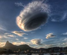 Lenticular cloud hovering over Urca Rio de Janeiro Brasil. Nature Pictures, Cool Pictures, Cool Photos, Strange Weather, Extreme Weather, Lenticular Clouds, Wild Weather, Sky And Clouds, Storm Clouds