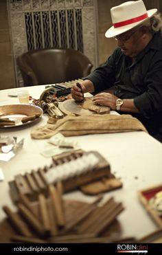 hand rolled cigars @ the wedding reception. i feel like he would love this. Cigars And Whiskey, Good Cigars, Cuba People, Viva Cuba, Cigar Shops, Cigar Art, Cigar Humidor, Hand Roll, Havana Cuba