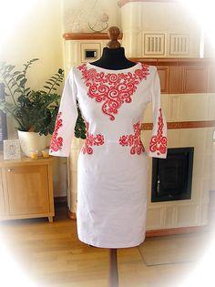 Adalei / Maľované červené ornamenty na bielych šatách...