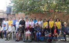 Donan alumnos abrigos para adultos mayores de asilos