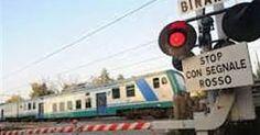 Lucca, rincorre il cane scappato, travolto da un treno