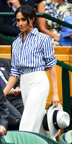 Look of the Day – Meghan Markle hit up Wimbledon in a striped blouse and white pants from the Ralph Lauren Collection. Estilo Meghan Markle, Meghan Markle Stil, Wimbledon, Look Fashion, Fashion Outfits, Fashion Tips, Fashion Women, Fashion Websites, Feminine Fashion