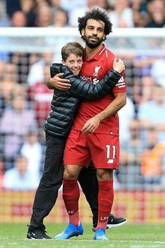 Kid runs on the pitch to get close to Salah. Something West Ham couldn't do. Liverpool Football Club, Liverpool Fc, Salah Liverpool, Egyptian Kings, Mo Salah, Club World Cup, World Cup Winners, Mohamed Salah, Kids Running