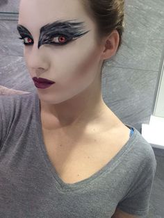 The best makeup ideas of BLACK SWAN, makeup ideas and look like a real swan. All black swan makeup d Bird Makeup, Fx Makeup, Cosplay Makeup, Costume Makeup, Makeup Ideas, Halloween Inspo, Halloween Looks, Halloween Cosplay, Black Swan Costume Halloween