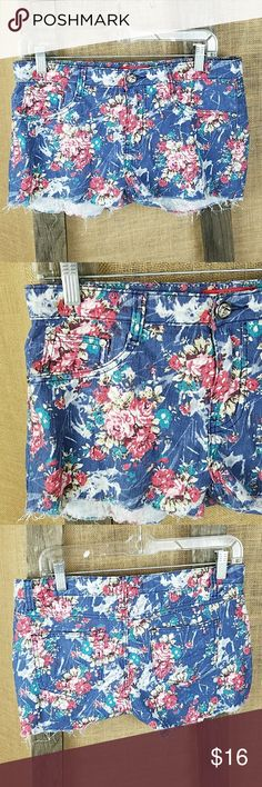 """Jeanbay women's floral shorty shorts fraying Jeanbay women's floral shorty shorts fraying, Missing the care and size tag please check measurements, looks like maybe a 10.  Waist side to side: 17"""" Length: 11.5"""" Rise: 9.5"""" jeanbay Shorts"""