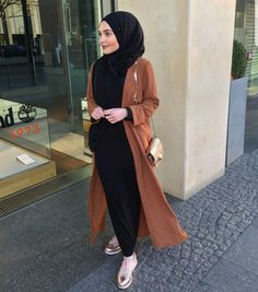 Basic Black Hijab Outfit Ideas No matter if you wear a hijab or not one thing we all love and have common in is the love for black outfits. It is simple, classic and very versatile. When we can't think…Read Modern Hijab Fashion, Street Hijab Fashion, Islamic Fashion, Abaya Fashion, Muslim Fashion, Hijab Fashion Summer, Fashion Muslimah, Modest Fashion, Casual Hijab Outfit