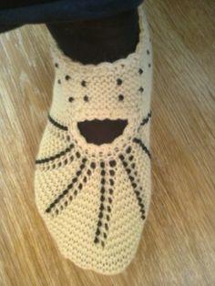Hobievimiz: şubat-mart etkinliğimiz Crochet Shoes Pattern, Shoe Pattern, Knitting Patterns, Crochet Patterns, Yoga Socks, Knitted Slippers, Slipper Boots, Sock Shoes, Baby Shoes