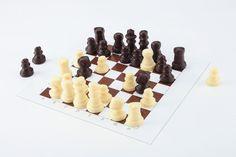 Hussel - Schach-Schokoladenspiel: Die Schachfiguren sind aus Zartbitter- und weißer Schokolade.