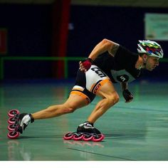 Speed skates have a smaller shoe and it really looks like one could get away with having normal rigid shoes and attaching rollers to the bottom. Roller Derby, Roller Skating, Inline Speed Skates, Roller Skate Shoes, People Poses, Human Poses, Skater Girls, Action Poses, Strike A Pose