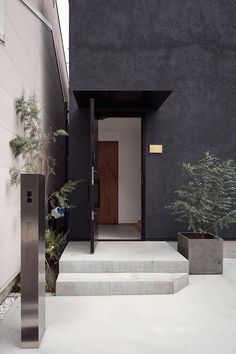 Rencontre | 注文住宅なら建築設計事務所 フリーダムアーキテクツデザイン Dark Grey Houses, Dark House, House Paint Exterior, Exterior House Colors, Home Interior Design, Interior And Exterior, Narrow House, House Entrance, Facade House
