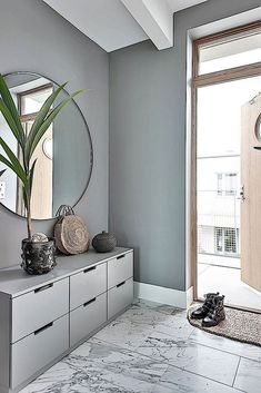 Einrichtungsideen ♡ Wohnklamotte Inside design thought, grey hallway in Scandinavian type Discoverin Hallway Ideas Entrance Narrow, Grey Hallway, Corridor Ideas, Modern Hallway, Small Entrance, Entrance Ideas, Entry Hallway, Entryway Ideas, Hallway Mirror