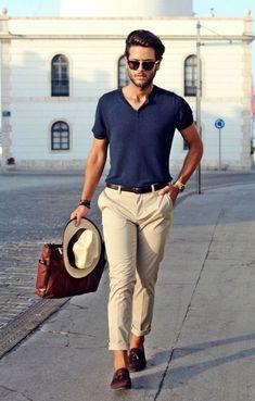 Casual, matchar byxorna med hatten och en sjysst v-neckad tröja - gillar väskan som poppar lite