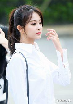 I'm not even a twice stan but I'm gay for her like omfg Pretty Korean Girls, Cute Korean Girl, Beautiful Asian Girls, Korean Girl Groups, Korean Beauty, Asian Beauty, Twice Tzuyu, Chaeyoung Twice, Jennie Blackpink