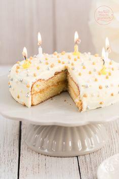 Geburtstagstorte backen - so einfach geht´s! Diese köstliche weißer Sachertorte gelingt auch Backanfängern.
