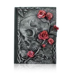 Un esqueleto con rosas