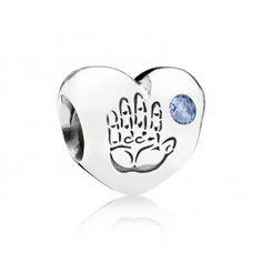 Zilveren Pandora-bedel in de vorm van een hartje, met blauw zirkoniasteentje en een handafdruk 791281CZB. Een schattige bedel, een perfect cadeau voor iemand die net is bevallen van een prachtig jongetje. De bedel is versierd met een kleine handafdruk met daarnaast een blauw zirkoniasteentje om een jongen te symboliseren.