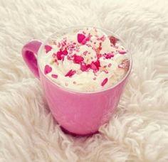 Huuuum!! Chocolate quente fica ainda mais gostoso com chantilly e granulado cor-de-rosa servido numa caneca pink! <3