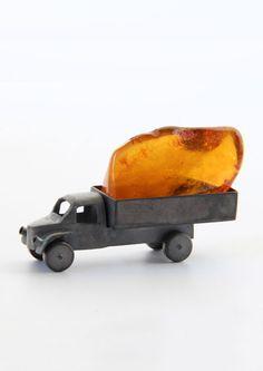 Nicolai Balabin: Treasury, Object, 2013, amber, silver, patina, 6.0 x 3.5 x 1.5 cm