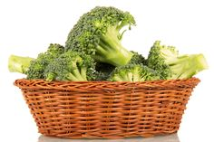 One disease which fills many people with dread is the thought of age-related neurodegeneration. Keep reading to know how broccoli can rebuild your brain. Fruits And Veggies, Vegetables, Brain Fog, Broccoli, Healthy Recipes, Healthy Food, Health And Beauty, Canning, Medicine