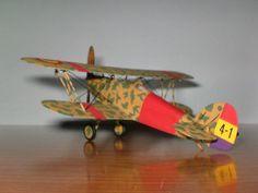 Maqueta a escala 1/72 del caza británico Hawker Fury, código 4-1, utilizado por la Aviación Republicana durante la Guerra Civil Española.