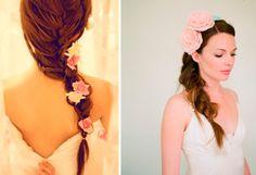 Flores na cabeça!Uma #trança embutida coberta de #flores é um penteado simples, porém perfeito para a noiva  romântica. #Mêsdasnoivas #noivas #casamento