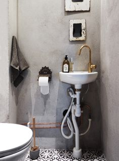 1 word: GORGEOUS! <3 the clever mix of materials. Beautiful small space. Definitely at the top of my list for a guest bathroom idea!