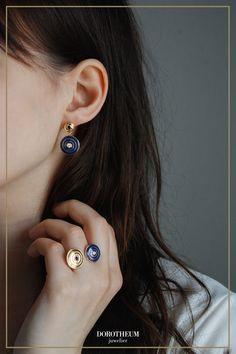 Für diese Ohrringe aus der neuen Wiener Moderne Forever Kollektion wurde der Kreis als Hauptfokus herangezogen. Verspielt, modern und eine Hommage an den Jugenstil: diese Ohrhänger bringen ein Hauch von Verspieltheit in jedes Outfit. Diamond Earrings, Stud Earrings, Elegant, Outfit, Modern, Jewelry, Sapphire, Classy, Outfits