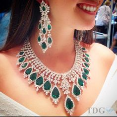 I CAN'T BELIEVE I MISSED SEEING THIS EMERALD AND DIAMOND SET FROM @bijancoinc at the Miami Antique Show!!! Next year I will wear my glasses!!! Lucky @diamond_duchess who got to try this on..... Simply spectacular!!!!