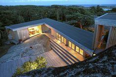 Arkitekttegnet hytte ved sjøen - Hytta i Vestfold former seg etter berget - Arkitektur