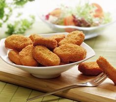 McDonalds chicken nuggets are a favourite with children in many families. Parents buy the chicken nuggets' believing they are indeed made from just chicken. Healthy Chicken Nuggets, Homemade Chicken Nuggets, Chicken Nugget Recipes, Fried Breaded Chicken, Crusted Chicken, Mcdonalds Chicken, Albondigas, Diet Food List, Salsa Verde