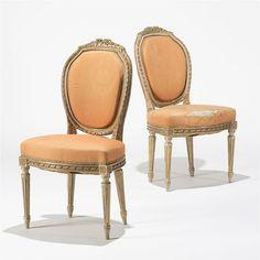 Paire de chaises à dossier médaillon de style Louis XVI