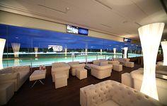 Die edle Sulky Lounge in Hamburg ist ideal für Eure nächste Betriebsfeier. Von hier aus habt Ihr einen wunderbaren Blick auf die Pferderennbahn.