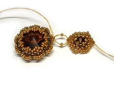 Photographed tutorial for dangly earrings using rivolis and crystal bicones. Not in English but easy enough to follow.