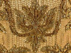 Broderies d'Art - Robe de Cérémonie - Soie, Brocart et Perles - La Reine Sirikit