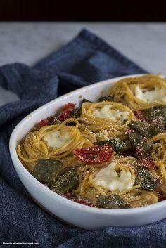 Nidi di spaghetti con taccole e pomodorini