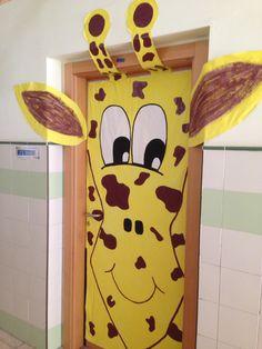 Decoración de la puerta de clase de una jirafa.