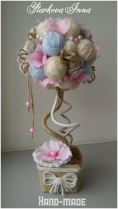 Since mom likes do stuff with yarn. Diy Arts And Crafts, Crafts To Make, Paper Crafts, Diy Crafts, Fabric Flowers, Paper Flowers, Christmas Crafts, Christmas Decorations, Flower Ball