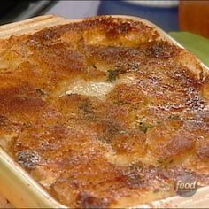 Recipe of the Day: Tyler's Scalloped Potato Gratin You might think buttering your casserole dish is standard practice to simply keep food from sticking, but that butter does double duty in Tyler's scalloped potato gratin: It ensures the potat Potato Gratin Recipe, Potatoe Gratin, Potatoes Au Gratin, Cheesy Scalloped Potatoes Recipe, Scallop Potatoes, Food Network Recipes, Cooking Recipes, Potato Side Dishes, Mets